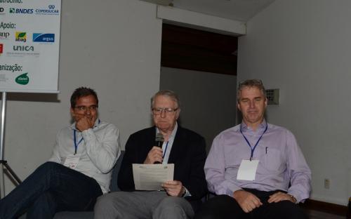 O professor da USP, José Roberto Moreira, entre André Ferreira, do IEMA, e Erwin Franieck, da Bosch.