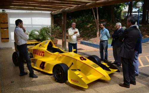 Os participantes do evento quiseram ver de perto o veículo Fórmula Inter em exposição. Foto: João Batista.