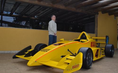 O diretor Comercial da Fórmula Inter, Edson Capellano, em frente ao veículo em exposição no local do evento.