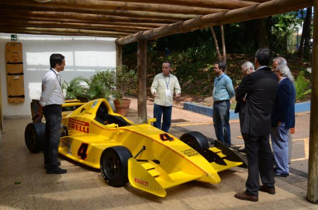 Veículo Fórmula Inter em exposição no salão do evento